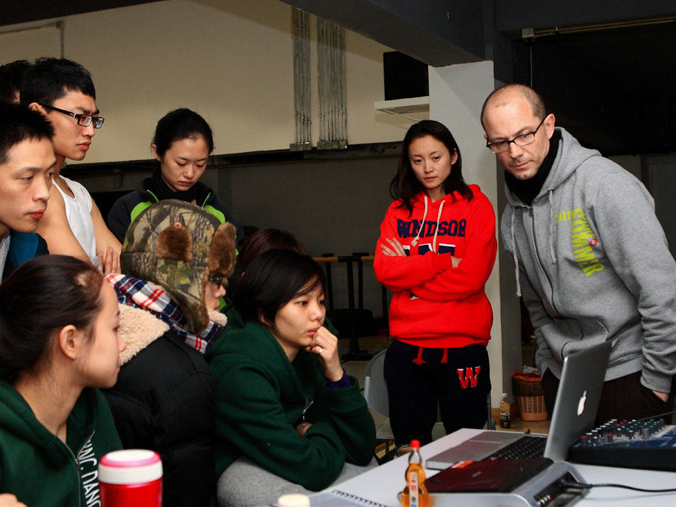 Wang Yuanyuan (2nd R) looks on as Tim Rushton (1st R), the Art Director of Danish Dance Theater, gives a training session to dancers in Beijing Dance Theatre in Beijing, capital of China, Jan. 20, 2012. (Xinhua/Xu Zijian)