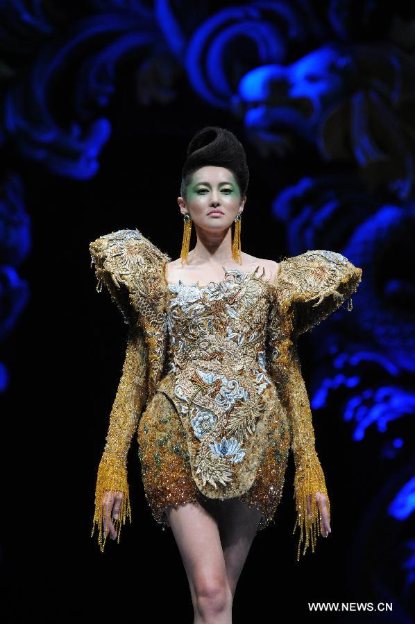 A model presents a creation by Chinese designer Guo Pei during the Asian Couture Fashion Week at Singapore's Marina Bay Sands, on Nov. 27, 2012. (Xinhua/Then Chih Wey)
