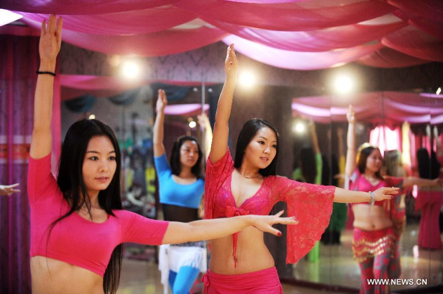 Girls practise belly dance at a fitness center in Taiyuan, capital of north China's Shanxi Province, Dec. 3, 2012. Belly dance became more and more popular among China's young people as a means of physical exercises. (Xinhua/Yan Yan)