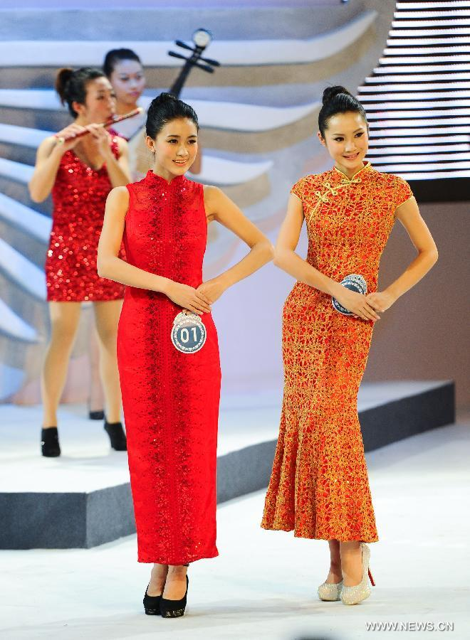 Contestants are pictured on a cheongsam show during a beauty contest in Changchun City, capital of northeast China's Jilin Province, Dec. 19, 2012. (Xinhua/Xu Chang)