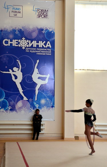 A parent watches a gymnast performing. (People's Daily Online/Xu Xinghan)