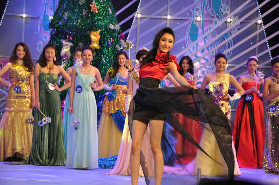 Contestants compete at the 9th China, Russia and Mongolia International Beauty Pageant which is held in Manzhouli, Hulun Buir city in north China's Inner Mongolia Autonomous Region on the evening of Dec. 24, 2102. (People's Daily Online/Zeng Shurou)