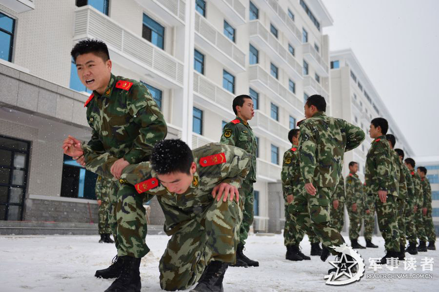A detachment directly under the Hunan Contingent of the Chinese People's Armed Police Force (APF) conducts an anti-terrorism training in the current complex and harsh weather, in a bid to improve troops' anti-terrorist and emergency-handling capability. (China Military Online/Wu Jianbo, Wu Wufeng)
