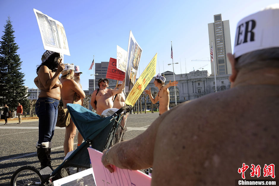 Demonstrators gather at a protest against a proposed nudity ban outside of City Hall in San Francisco on Jan.8, 2013.(Chinanews.com/Chen Gang)