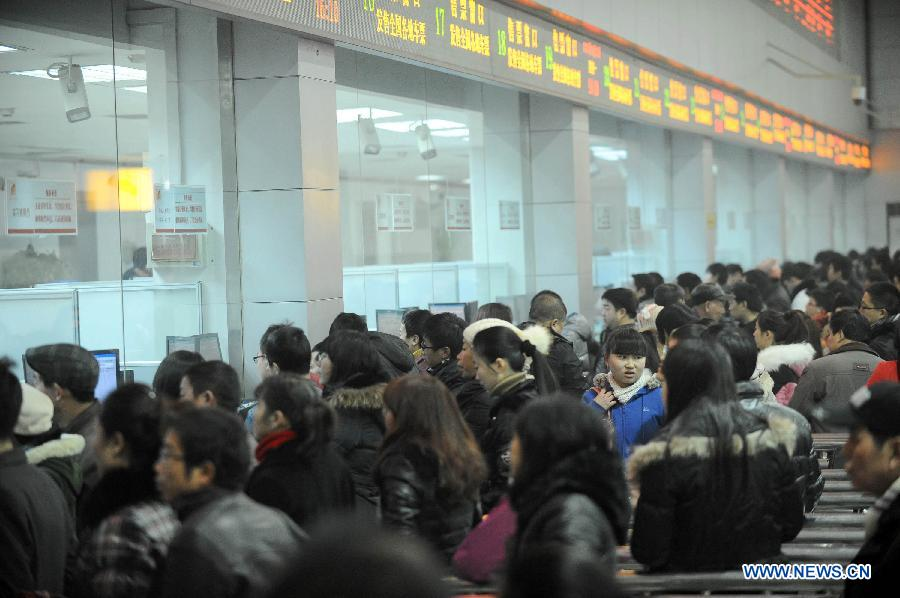 Passengers buy tickets in a railway station in Chengdu, capital of southwest China's Sichuan Province, Jan. 14, 2013. The peak of Spring Festival travel train tickets purchase started from Jan. 13, 2013 in Chengdu. (Xinhua/Xue Yubin)