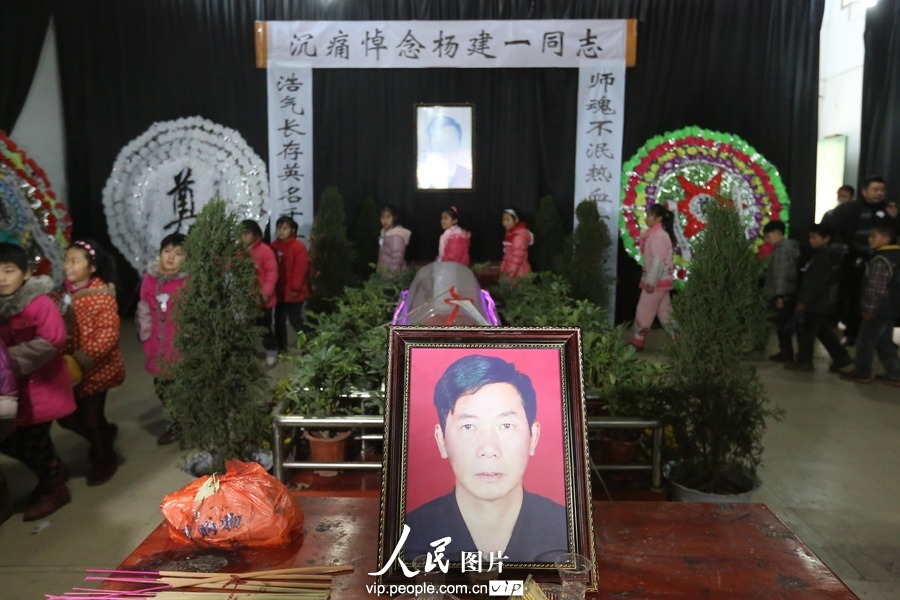 "Thousands of people come to mourn and bid farewell to Yang Jianyi, who was killed for protecting his student and is honored as ""the most beautiful headmaster"", Xinhua county, Hunan province, Jan. 17. (Photo/ vip.people.com.cn)"