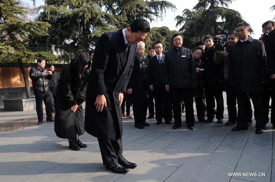 Former Japanese Prime Minister Yukio Hatoyama (front) and his wife bow as they mourn for the Nanjing Massacre victims at the Memorial Hall of the Victims in Nanjing Massacre by Japanese Invaders in Nanjing, capital of east China's Jiangsu Province, Jan. 17, 2013. (Xinhua/Han Yuqing)