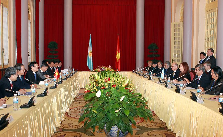 Vietnamese President Truong Tan Sang (3rd L) holds talk with visiting Argentine President Cristina Fernandez de Kirchner (3rd R) in Hanoi, capital of Vietnam, Jan. 21, 2013. (Xinhua/VNA)