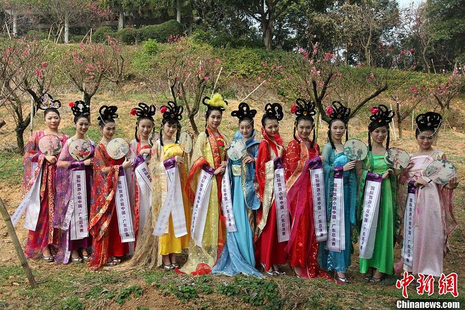 Contestants pose for photo in Xiqiaoshan Natural Forest Park in Foshan, Guangdong Province, January 24, 2013. The 2013 Miss Tourism International Guangdong contest kicked off on Thursday. (Photo: CNS/Ke Xiaojun)