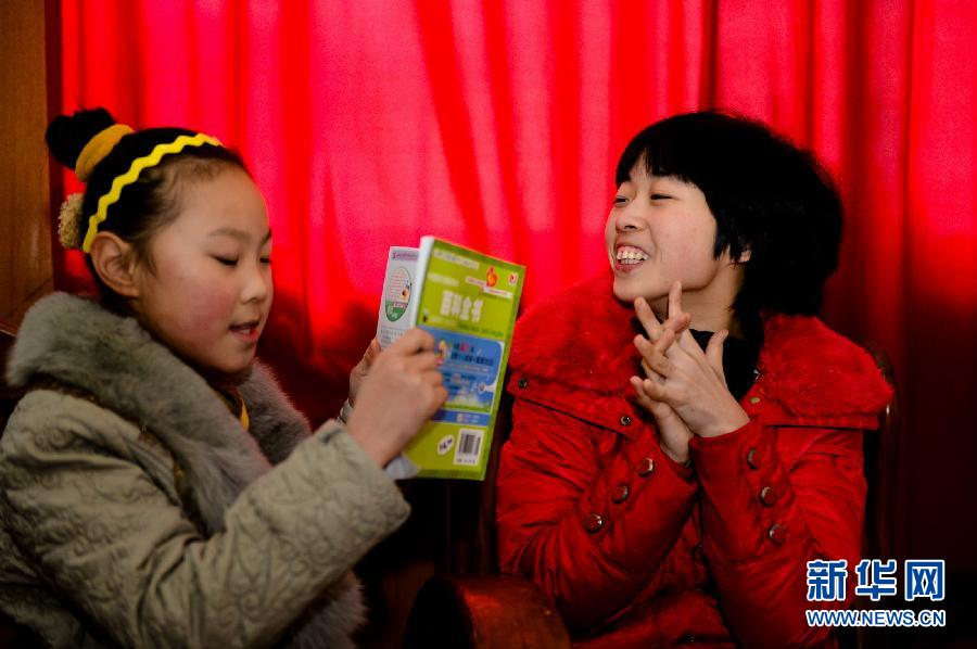 Liu Xiaolin (R) and her niece play IQ quizzes on Jan. 25. (Xinhua/ Guo Xulei)