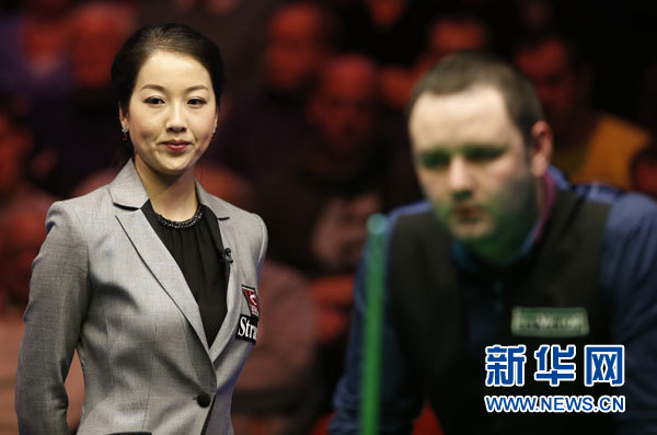 Zhu Ying from China serves as the referee in the final of the Welsh Open on Sunday. (Xinhua Photo/ Wang Lili)