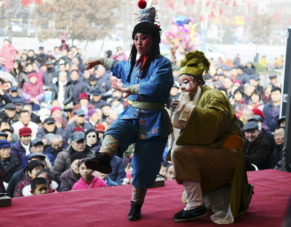 Yu Opera is performed during a folk art event to welcome Lantern Festival which is on Feb 24, in Liaocheng city, East China's Shandong province on Feb 21, 2013.  (Xinhua)
