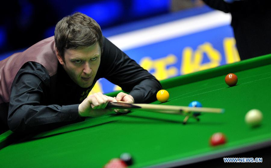 Ricky Walden of England competes during the first round match against Peter Ebdon of England at the Haikou World Open snooker tournament in Haikou, capital of south China's Hainan Province, Feb. 25, 2013. Walden won 5-2. (Xinhua/Guo Cheng)
