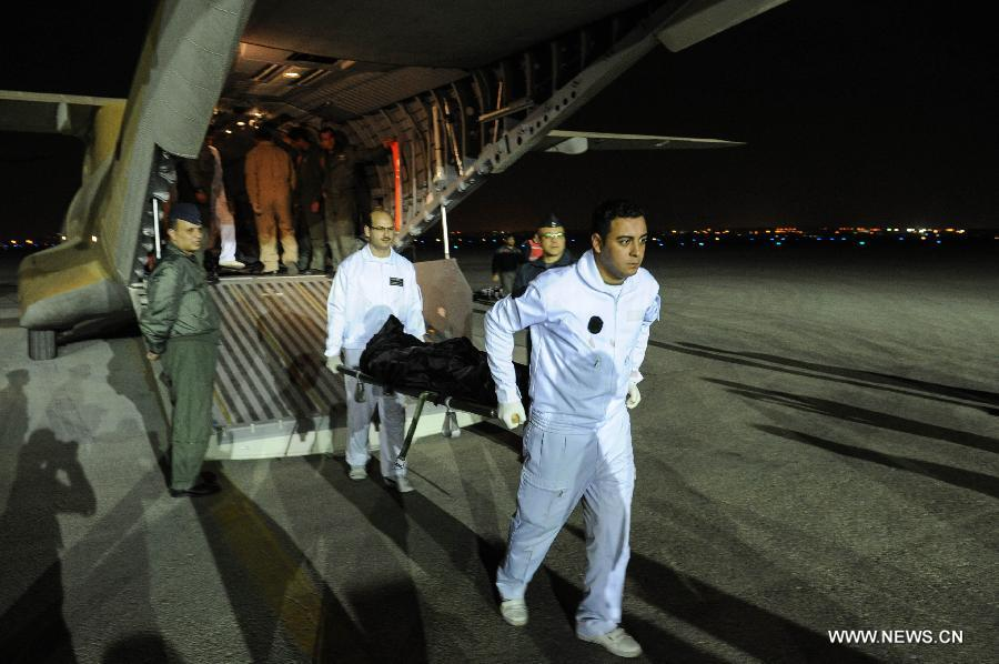 Medical workers carry a body of the balloon explosion as they arrived in Cairo, Feb. 26, 2013. The death toll of Egypt's Luxor balloon accident rose to 19 Tuesday afternoon after a seriously-wounded English tourist died at Luxor International Hospital, including nine from China's Hong Kong, Mohamed Sultan, head of Egypt's Ambulance Authority, confirmed to Xinhua. (Xinhua/Li Muzi)