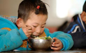 Pupils get lunch in NW China's Ningxia