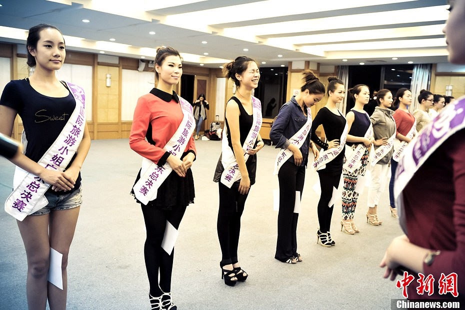Trainer advises contestants how to build up good physique and deportment in Guangdong, March 19, 2013. More than 30 contestants who participate in the final round of the 2013 Miss Tourism International gather in Xijiao, China's Guangdong province to attend a week-long training camp for better performance in competition. (CNS/ Long Yuyang)