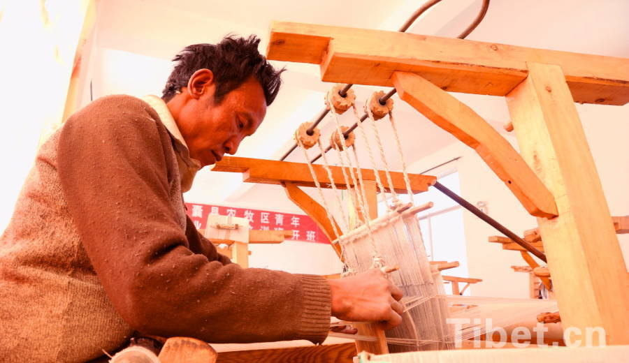 A worker makes Tibet wool.(Photo by Chen Bangxian)