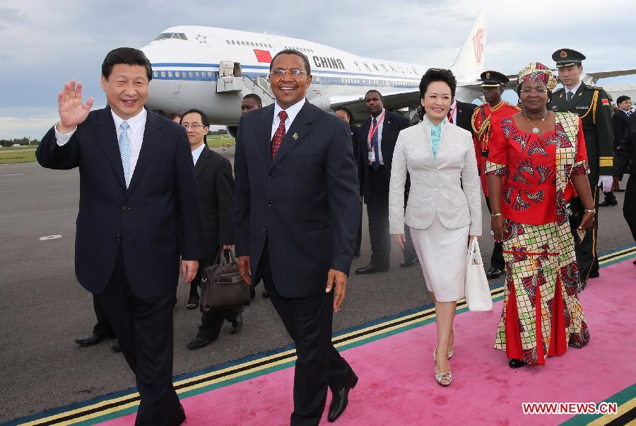 Chinese President Xi Jinping (1st L) and his wife Peng Liyuan (2nd R) are welcomed by Tanzanian President Jakaya Mrisho Kikwete (2nd L) and his wife Salma Kikwete (1st R) upon their arrival in Dar es Salaam, Tanzania, March 24, 2013. (Xinhua/Lan Hongguang)
