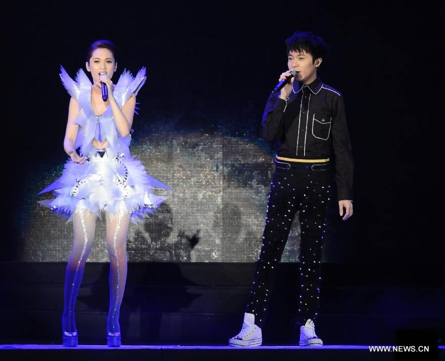 Singer Rainie Yang (L) and Greeny Wu perform during one of Yang's world tour concerts at Taipei Arena in Taipei, southeast China's Taiwan, March 23, 2013. (Xinhua)
