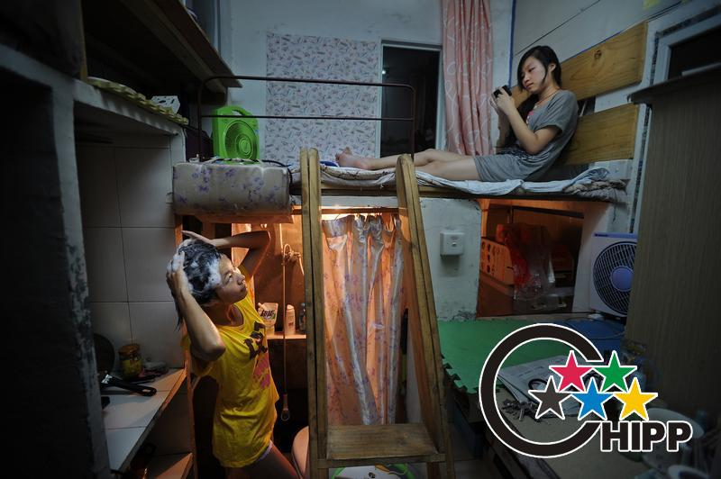 Zhang Xuan of room 508 is a Courier company's manager. Her colleague Hu Lihua (bed) often come round.(Photo by Zhu Xiyong)