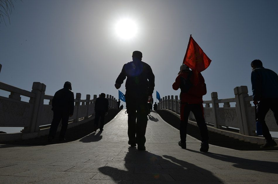 People walk around the Beita Lake on March 24, 2013. A public excursion with theme of environmental protection has attracted more than 1,200 participators in Yinchuan of southwest China's Ningxia Hui autonomous region. (Xinhua/Wang Peng)