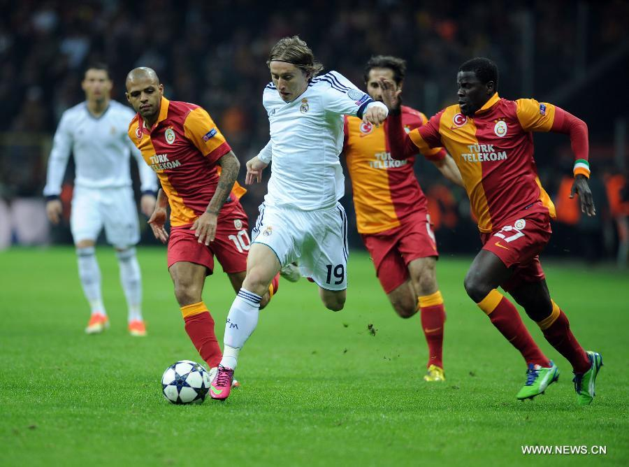 Real Madrid's Luka Modric (C) breaks through during the UEFA Champions League quarter final second leg soccer match between Galatasaray and Real Madrid in Istanbul, Turkey, April 9, 2013. Real Madrid lost 2-3 but entered the semifinal with a total result 5-3.(Xinhua/Ma Yan)