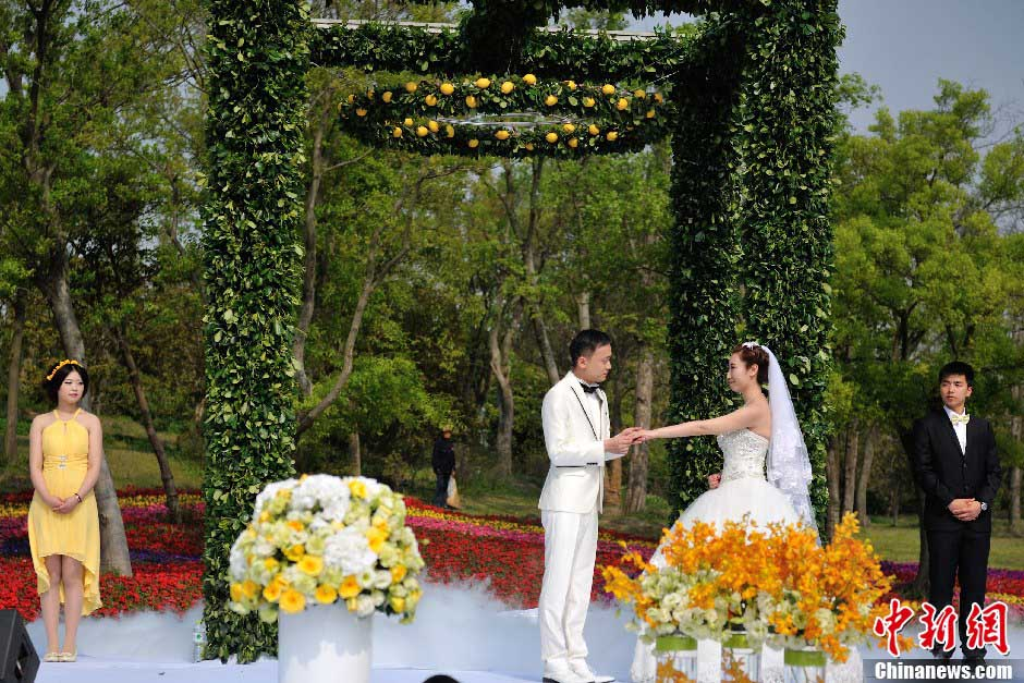 An upscale wedding show is staged at the Slender West Lake in Yangzhou, east China's Jiangsu province, April 14, 2013. (Photo:Jin Shibo/CNS)