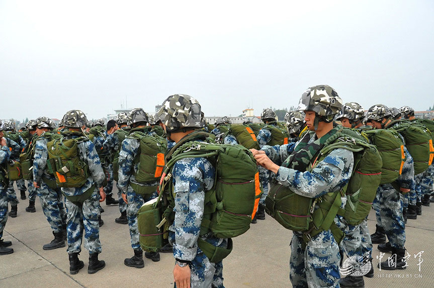 A division of the airborne troops organized their recruits to conduct parachute training on April 11, 2013. (China Military Online/Liu Jilu)