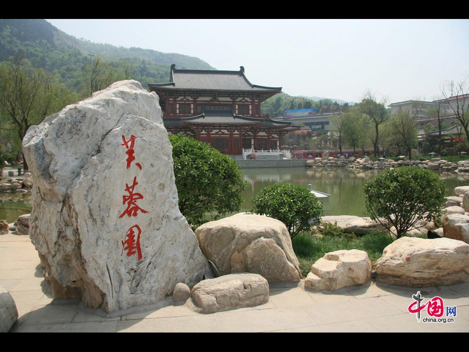 Located at the northern foot of Lishan Mountain, 30 kilometers from Xi'an, Huaqing Hot Spring is famous for its amazing spring scenery and the romantic love story of the owner and his favorite concubine. The garden was built by Emperor Xuanzong (685-762) during the Tang Dynasty (618-907) near hot springs at the foot of the mountain so he could frolic with his favorite concubine, Yang Guifei. During his reign, the emperor spent a large sum of his funds to build a luxurious palace, reflecting the prosperity of the Tang Dynasty. (China.org.cn)