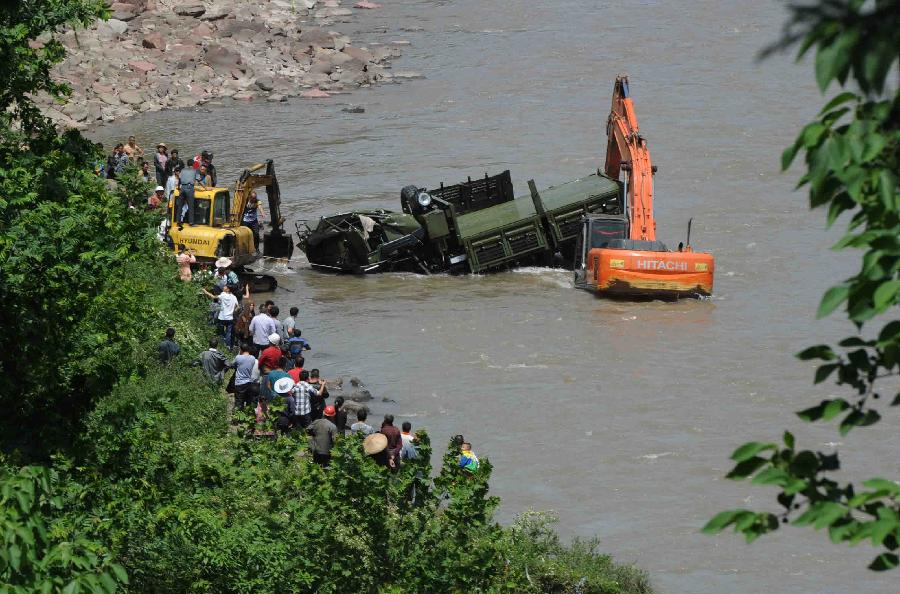 Photo taken on April 20, 2013 shows the accident site where a rescue car from Chengdu Military Region falls off a cliff into a river in southwest China's Sichuan Province. Two of the 17 soldiers in the car have died by 11:30 p.m. Saturday Beijing Time. A total of 156 people have been killed in the 7.0-magnitude earthquake in Sichuan's Lushan as of 8:50 p.m. Saturday, according to the China Earthquake Administration. (Xinhua)