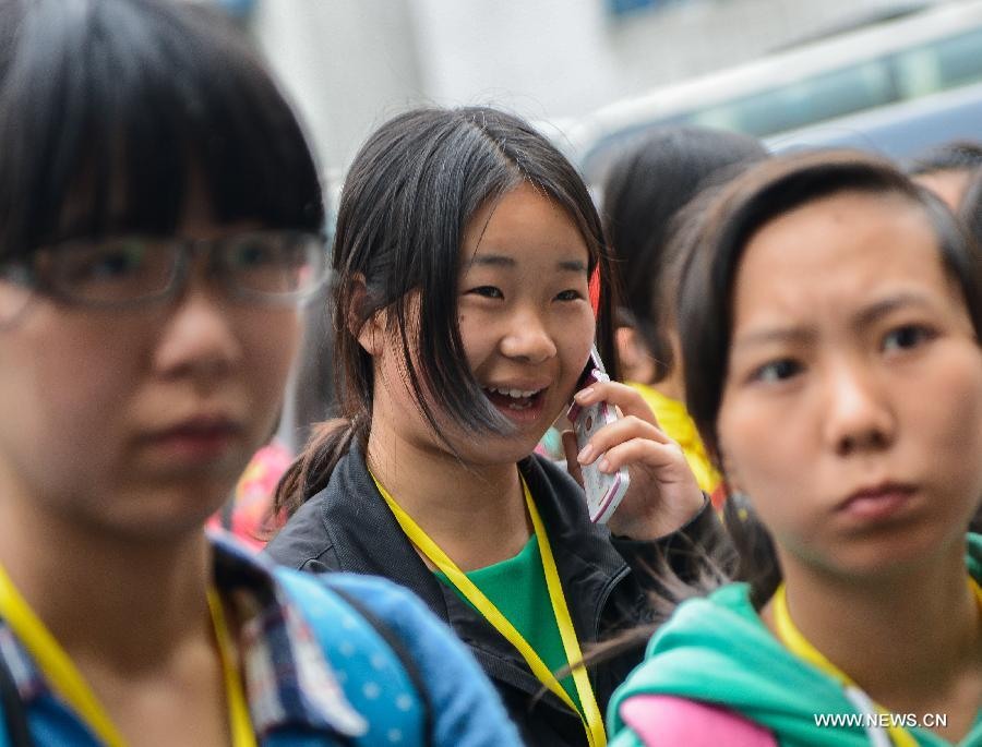 Students of Lushan Middle School arrive at Southwestern University of Finance and Economics (SUFE) to resume their study, in Chengdu, capital of southwest China's Sichuan Province, April 23, 2013. Affected by the 7.0-magnitude earthquake which hit Lushan County on April 20, senior students of Lushan Middle School who are going to graduate were transfered to SUFE to prepare for the National College Entrance Examination. (Xinhua/Li Qiaoqiao)