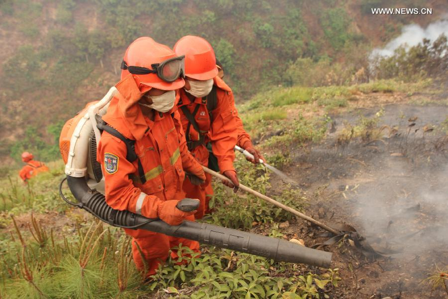 Firefighters fight against a forest fire in Qinfeng Township of Lufeng County, southwest China's Yunnan Province, April 26, 2013. Over 2,200 firefighters and service men have been mobilized to fight against a forest fire which broke out at around 16:00 (0800 GMT) on April 23. As of 16 p.m. on Friday, part of the burning area have been under control. (Xinhua/Xu Tao)