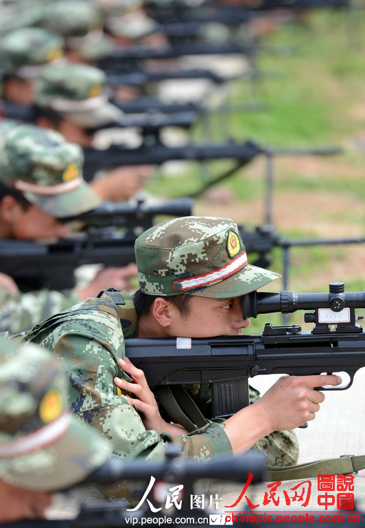 The snipers under the Jiangsu Contingent of the Chinese People's Armed Police Force (APF) conduct military skill training, so as to improve their combat capability. (People's Daily Online)