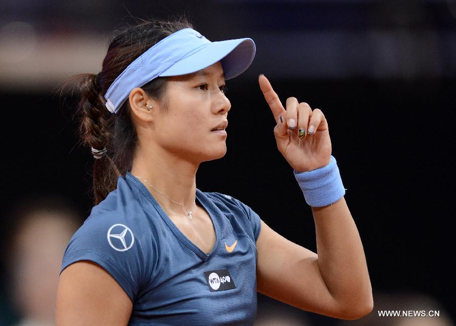 Li Na of China challenges during her final match of Porsche Tennis Grand Prix against Maria Sharapova of Russia in Stuttgart, Germany, on April 28, 2013.(Xinhua/Ma Ning)