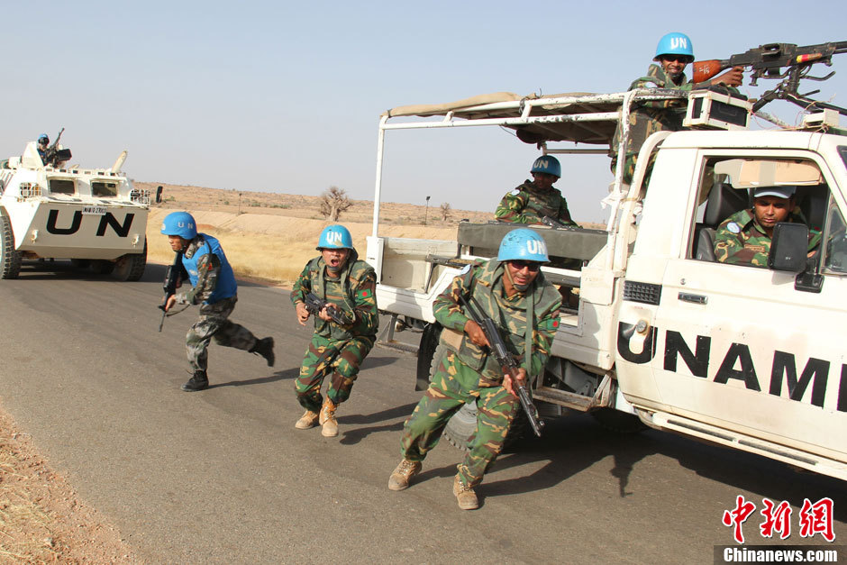 The Chinese peacekeeping forces to Darfur of Sudan conduct a drill for dealing with sudden militant attacks along with the Bangladesh reserved infantry detachment upon their rotation and handover on April 24, 2013. (Chinanews.com/Tao Dulan)