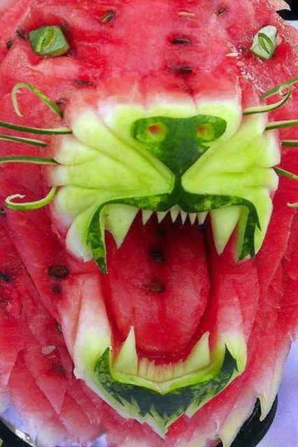 Watermelons are carved in various shapes. (Source: sznews.com)