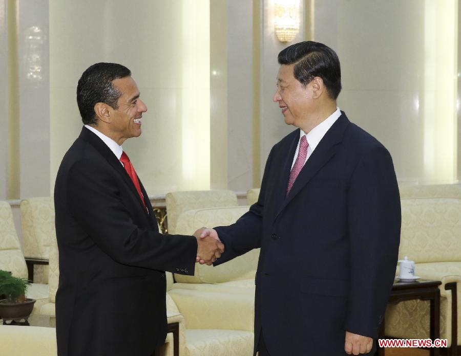 Chinese President Xi Jinping (R) meets with Antonio Villlaraigosa, mayor of Los Angeles of the United States, at the Great Hall of the People in Beijing, capital of China, May 28, 2013. (Xinhua/Ding Lin)