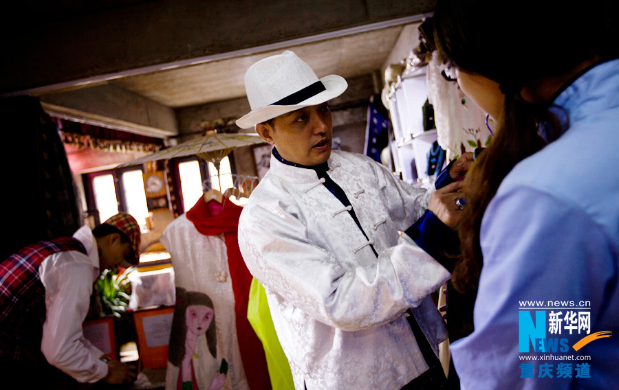 The boss of a clothing store gives instructions to staff on how to help customers chose clothes. He believed build the time-travel atmosphere for the customers is the most important thing.(Xinhua/Peng Bo)