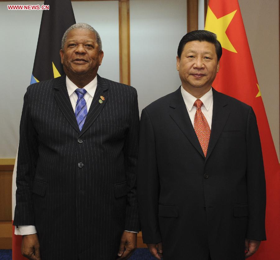 Chinese President Xi Jinping (R) meets with Antigua and Barbuda Prime Minister Baldwin Spencer in Port of Spain, Trinidad and Tobago, June 1, 2013. (Xinhua/Rao Aimin)