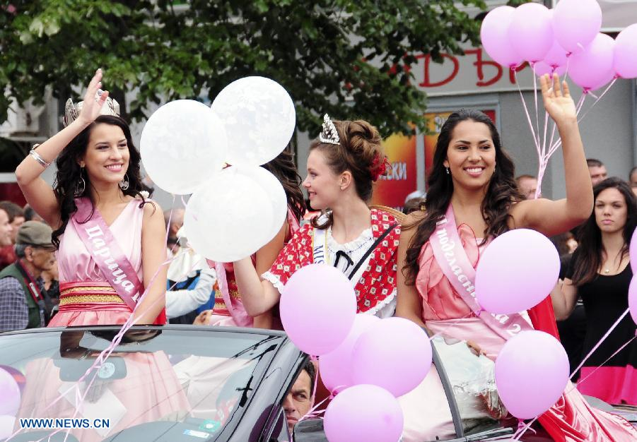 """Rose Queens"" take part in a parade during the Rose Festival in the Kazanlak city, the center of Bulgaria's Rose Valley, June 2, 2013. The Rose Festival was held in Kazanluk on Sunday, with activities including rose picking, dance performances and parade after the election of the Rose Queen. Bulgaria is one of the biggest producers of rose oil in the world. (Xinhua/Chen Hang)"