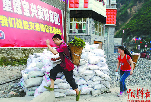 Liu Dongyi (L) and his younger sister send vegetables they grow to their uncle who lives in the county. Later, Liu has to go back to school to prepare for exams. Liu's home was destroyed in the 7.0-magnitude earthquake. It was the first time for him to go home after the quake. (Photo/ China Youth News)