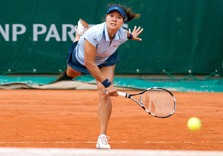 Li Na uses all her strength: Li Na loses 1-2 during the women's singles second round match against Bethanie Mattek Sands of the United States at the French Open tennis tournament at the Roland Garros stadium in Paris, France, May 30, 2013. (Photo/Osports)