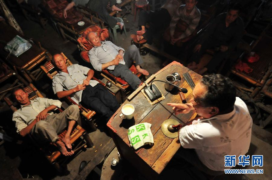A few listeners lying on chairs to listen to a story performed by Li Hairong. (Photo/Xinhua)