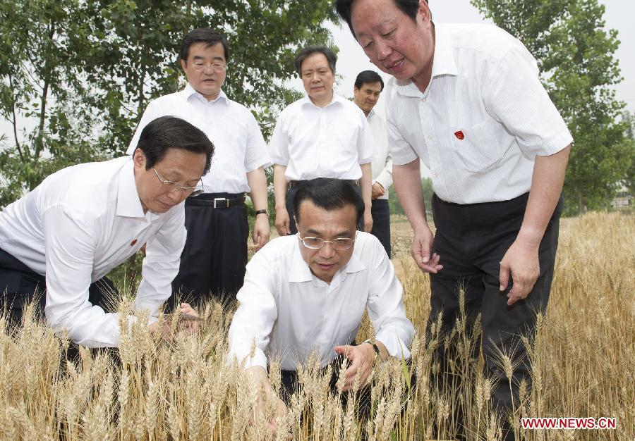 Chinese Premier Li Keqiang (2nd R), also a member of the Standing Committee of the Political Bureau of the Communist Party of China Central Committee, visits the environment monitoring site in Handan, north China's Hebei Province, June 7, 2013. Li paid an inspection tour to Hebei Province from June 7 to 8. (Xinhua/Huang Jingwen)