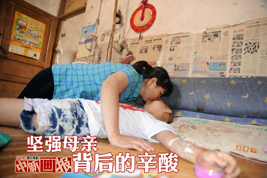 Ms. Xue takes care of her daughter Hao Xin. (Photo/CNS)