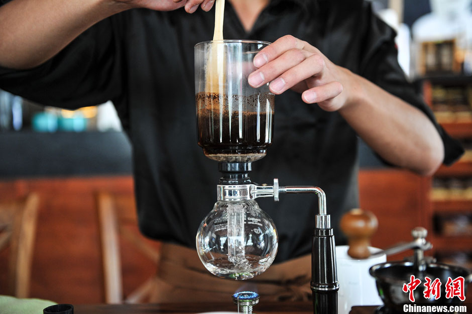 One of the staff at the coffee shop is making kopiluwak coffee.(CNS/Ren Dong)