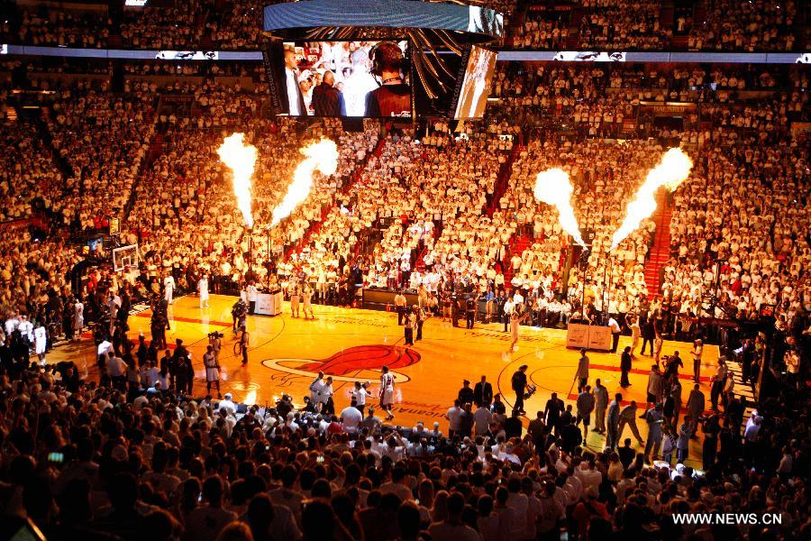 Players are introduced before the game between San Antonio Spurs and Miami Heat at Game 6 of the NBA Finals basketball playoff in Miami, the United States, June 18, 2013. (Xinhua/Song Qiong)
