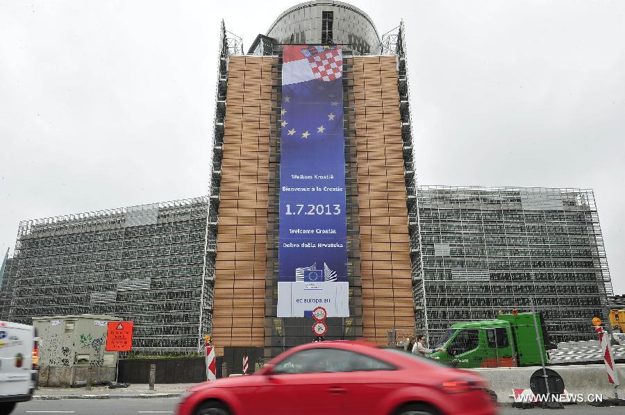 "Photo taken on July 1, 2013 shows a giant ""Welcome Croatia"" banner hanging outside the European Commission building in Brussels, capital of Belgium. Croatia became the 28th member of the European Union on Monday. (Xinhua/Ye Pingfan)"