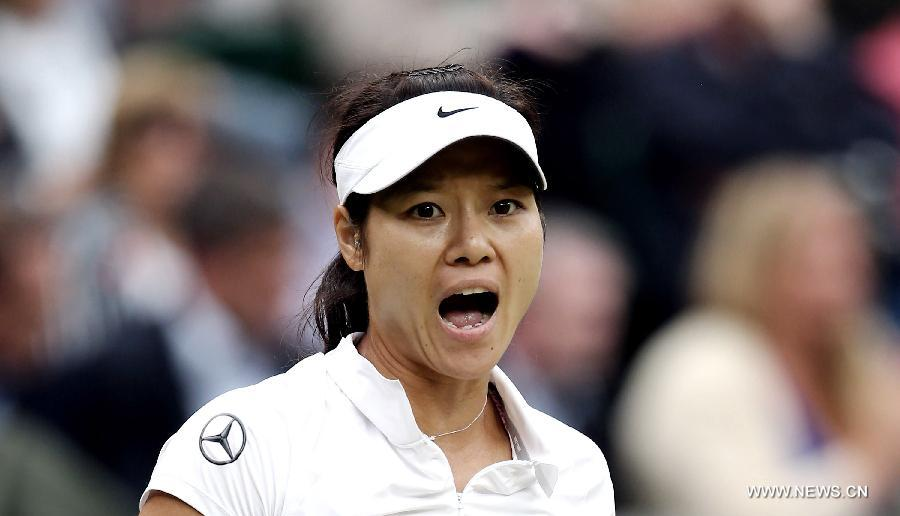 Li Na of China reacts during the quarterfinal of women's singles against Agnieszka Radwanska of Poland on day 8 of the Wimbledon Lawn Tennis Championships at the All England Lawn Tennis and Croquet Club in London, Britain on July 2, 2013. Li Na lost 1-2. (Xinhua/Yin Gang)