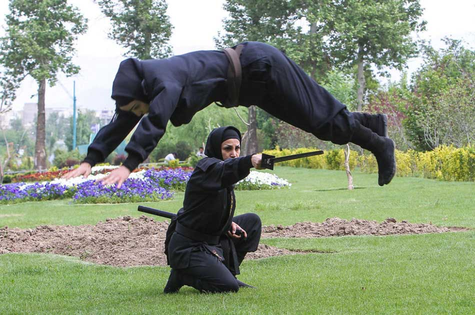 The photo taken on Feb. 8, 2013 shows a group of Iranian female ninjas displaying their combat skills.(Source: gmw)